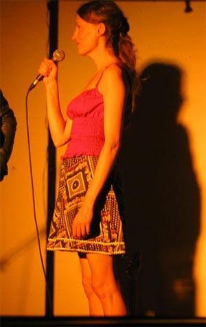 Chanteuse-comédienne dans le palais des claques, comédie chantée